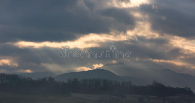 Σκοτεινά σύννεφα πέρα από τα βουνά στοκ φωτογραφίες με δικαίωμα ελεύθερης χρήσης
