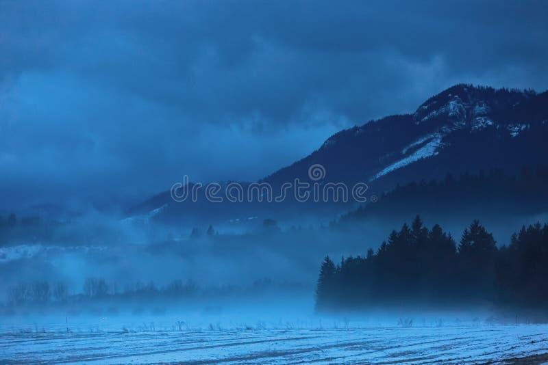 Σκοτεινά σύννεφα πέρα από τα βουνά στοκ φωτογραφίες