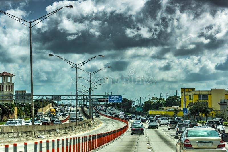Σκοτεινά σύννεφα πέρα από την εθνική οδό στο Μαϊάμι στοκ φωτογραφίες