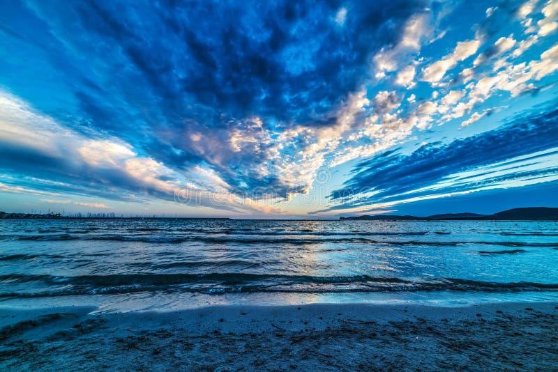 Σκοτεινά σύννεφα πέρα από τη θάλασσα στο ηλιοβασίλεμα στοκ εικόνες με δικαίωμα ελεύθερης χρήσης