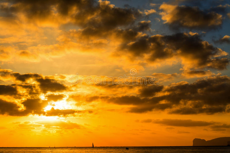 Σκοτεινά σύννεφα πέρα από τη θάλασσα στο ηλιοβασίλεμα στοκ εικόνες