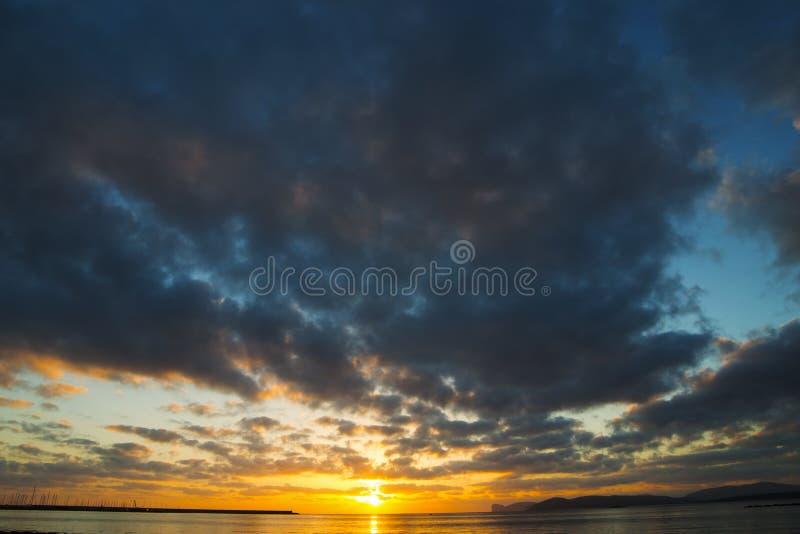 Σκοτεινά σύννεφα πέρα από Capo Caccia στοκ εικόνα με δικαίωμα ελεύθερης χρήσης