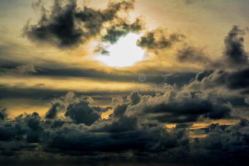 Σκοτεινά σύννεφα που επιπλέουν πέρα από τον ουρανό κατά τη διάρκεια του ηλιοβασιλέματος στοκ εικόνες