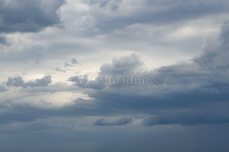 Σκοτεινά σύννεφα πριν από τη καταιγίδα, νεφελώδης ουρανός στοκ φωτογραφίες
