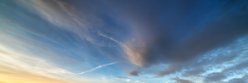 Σκοτεινά σύννεφα στον ουρανό στο ηλιοβασίλεμα στοκ εικόνες