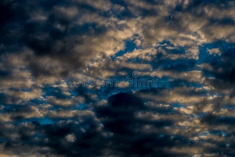 Σκοτεινά σύννεφα στο βράδυ στοκ φωτογραφία με δικαίωμα ελεύθερης χρήσης