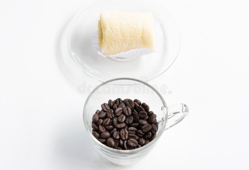 Σκοτεινά φασόλια καφέ με το μαλακό κέικ ρόλων στοκ φωτογραφίες με δικαίωμα ελεύθερης χρήσης