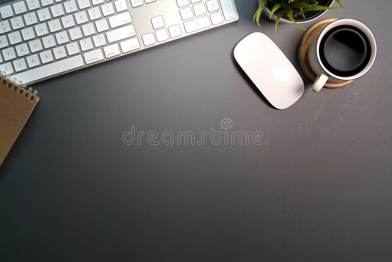 Σκοτεινές προμήθειες επιτραπέζιων χώρου εργασίας και γραφείων γραφείων στοκ εικόνα με δικαίωμα ελεύθερης χρήσης