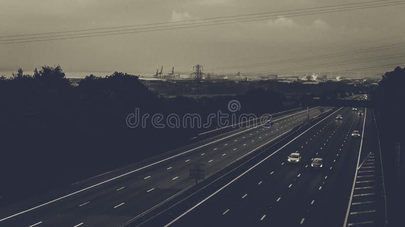 Σκοτεινή άποψη πέρα από τον αγγλικό αυτοκινητόδρομο στοκ εικόνες