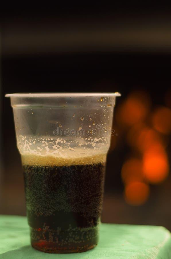 Σκοτεινή αγγλική μπύρα μπύρας σε ένα φλυτζάνι στοκ φωτογραφίες