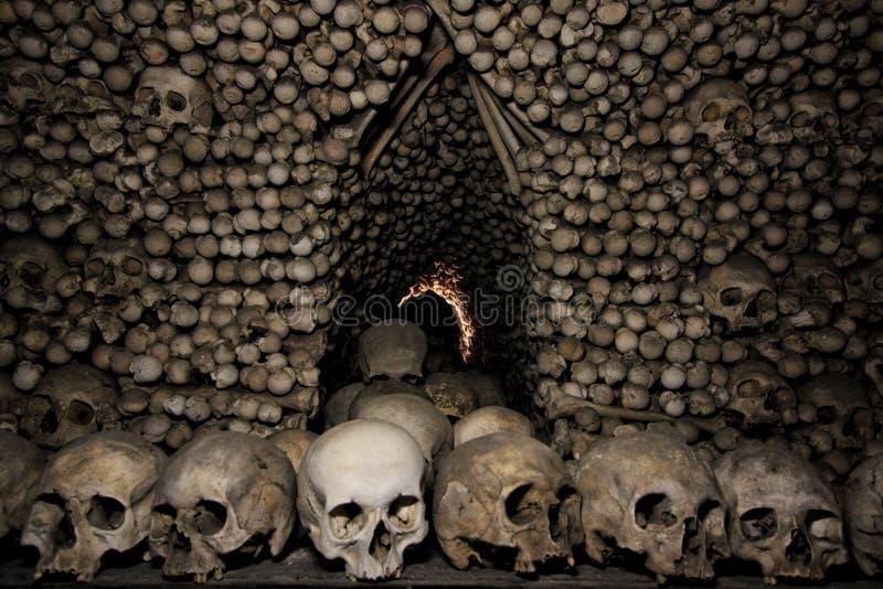 Σκοτεινή ανθρώπινη εκκλησία κόκκαλων στοκ εικόνα
