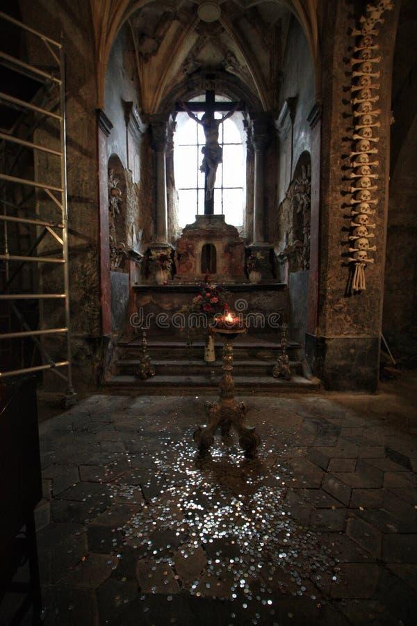 Σκοτεινή ανθρώπινη εκκλησία κόκκαλων στοκ εικόνες