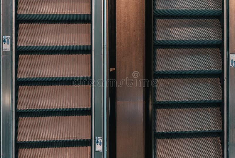 Σκοτεινή δημόσια κυλιόμενη σκάλα στοκ φωτογραφία με δικαίωμα ελεύθερης χρήσης