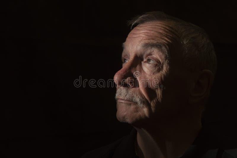 Σκοτεινή εικόνα πορτρέτου του ανώτερου ατόμου, με το διάστημα αντιγράφων στοκ φωτογραφία με δικαίωμα ελεύθερης χρήσης