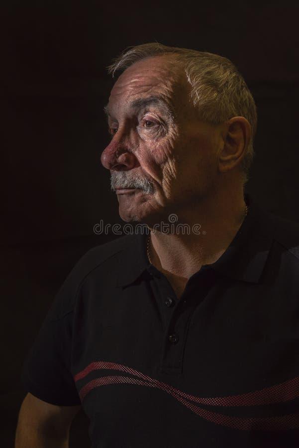 Σκοτεινή εικόνα πορτρέτου του ανώτερου ατόμου, με το διάστημα αντιγράφων στοκ φωτογραφίες με δικαίωμα ελεύθερης χρήσης