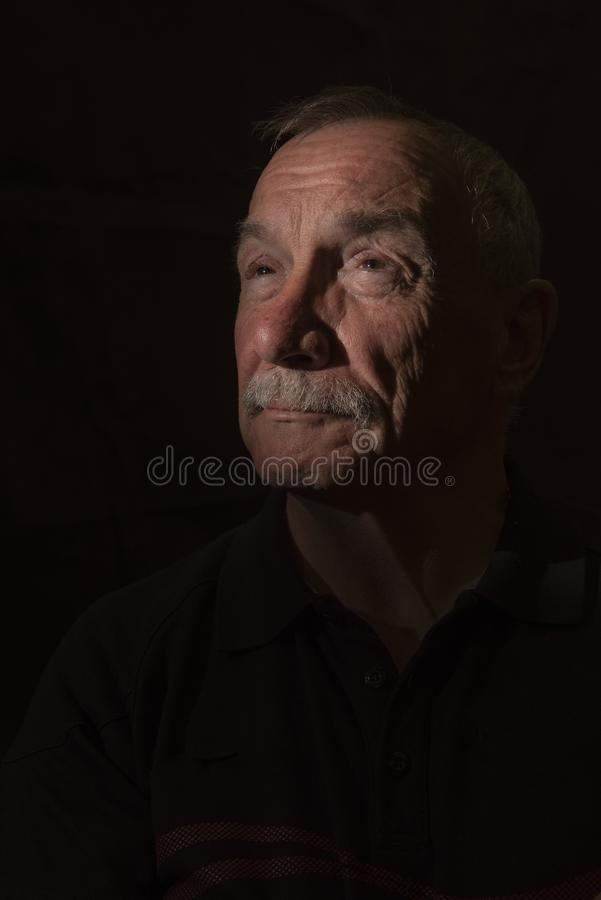 Σκοτεινή εικόνα πορτρέτου του ανώτερου ατόμου, με το διάστημα αντιγράφων στοκ φωτογραφία