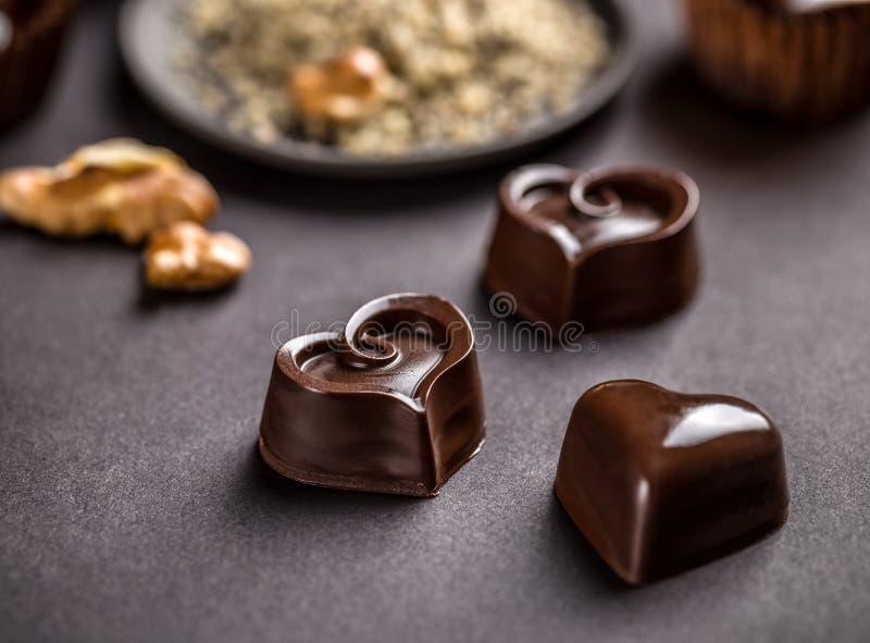 Σκοτεινή διαμορφωμένη καρδιά σοκολάτα στοκ εικόνες με δικαίωμα ελεύθερης χρήσης