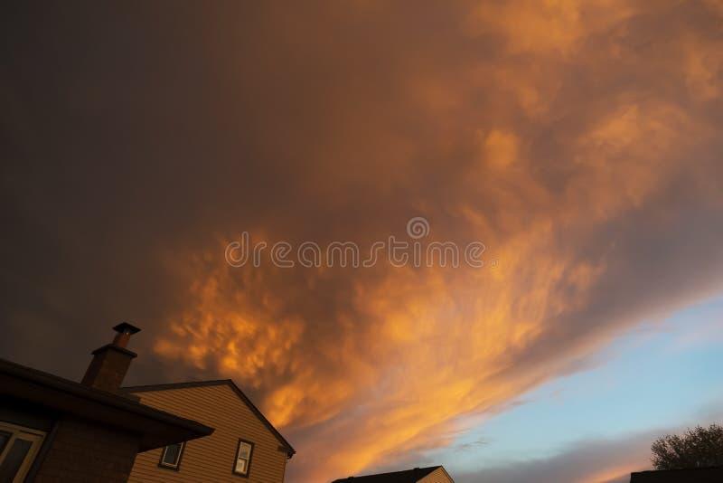 Σκοτεινή και δυσοίωνη θύελλα που πλησιάζει πέρα από τις στέγες των σπιτιών στοκ φωτογραφίες με δικαίωμα ελεύθερης χρήσης