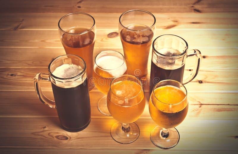 Σκοτεινή και ελαφριά μπύρα στον ξύλινο πίνακα Εκλεκτική εστίαση στοκ εικόνες
