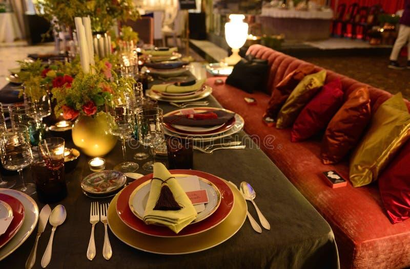 Σκοτεινή και ζωηρόχρωμη επιτραπέζια διακόσμηση, γεύμα κόμματος, μοντέρνο στοκ φωτογραφίες με δικαίωμα ελεύθερης χρήσης