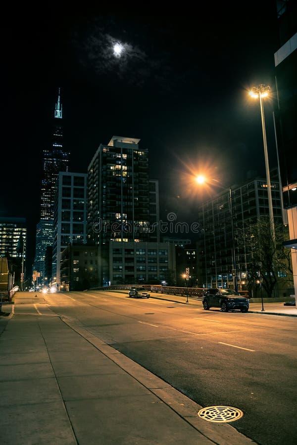 Σκοτεινή και μυστηριώδης σκηνή νύχτας γεφυρών οδών πόλεων του Σικάγου στοκ φωτογραφίες