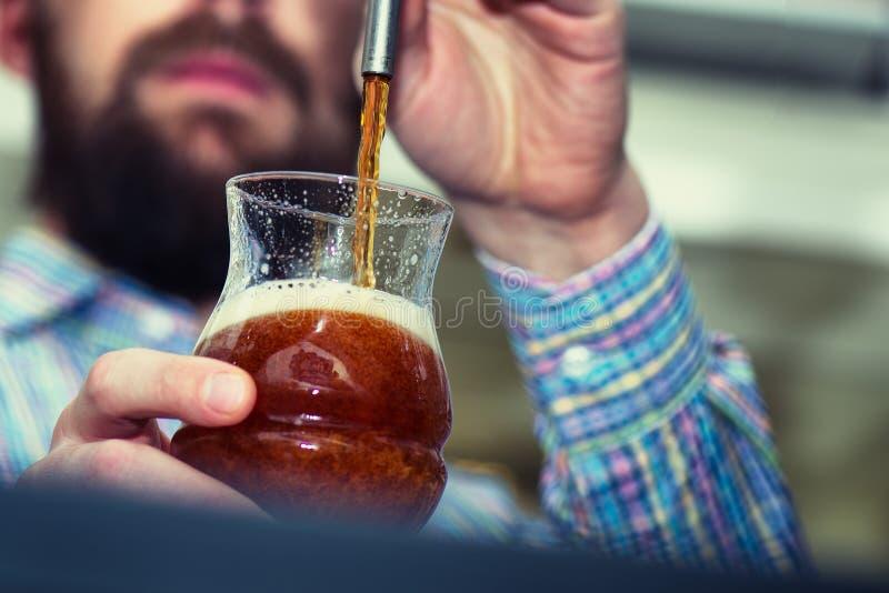 Σκοτεινή μπύρα στη βρύση στοκ εικόνες