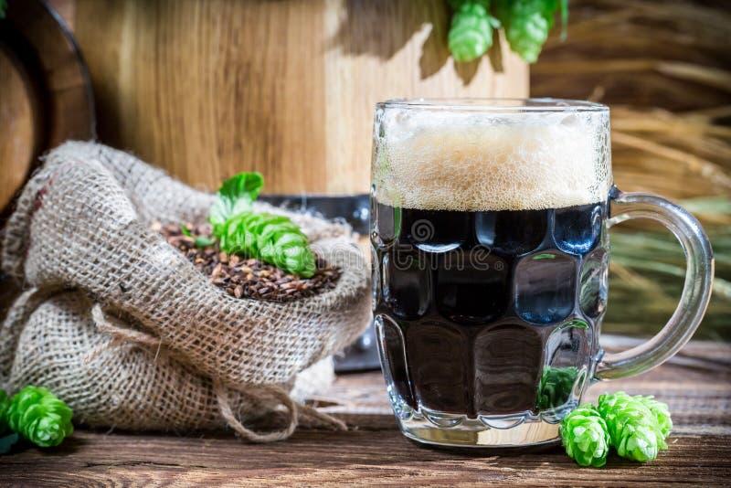 Σκοτεινή μπύρα φιαγμένη από καραμέλα βύνης στοκ εικόνες