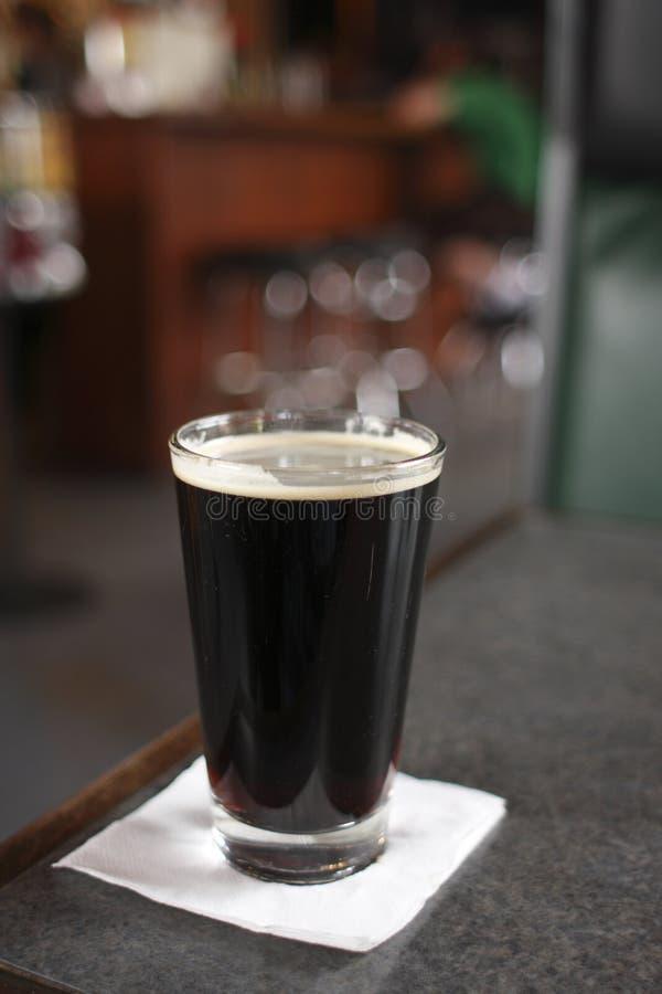 σκοτεινή πίντα μπύρας στοκ φωτογραφία με δικαίωμα ελεύθερης χρήσης