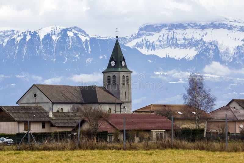 Σκοτεινή σκιαγραφία αντίθεσης της στέγης εκκλησιών με τον πύργο ενάντια στο magni στοκ φωτογραφίες