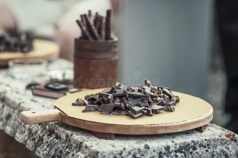 Σκοτεινή σοκολάτα σε έναν δίσκο στοκ εικόνες