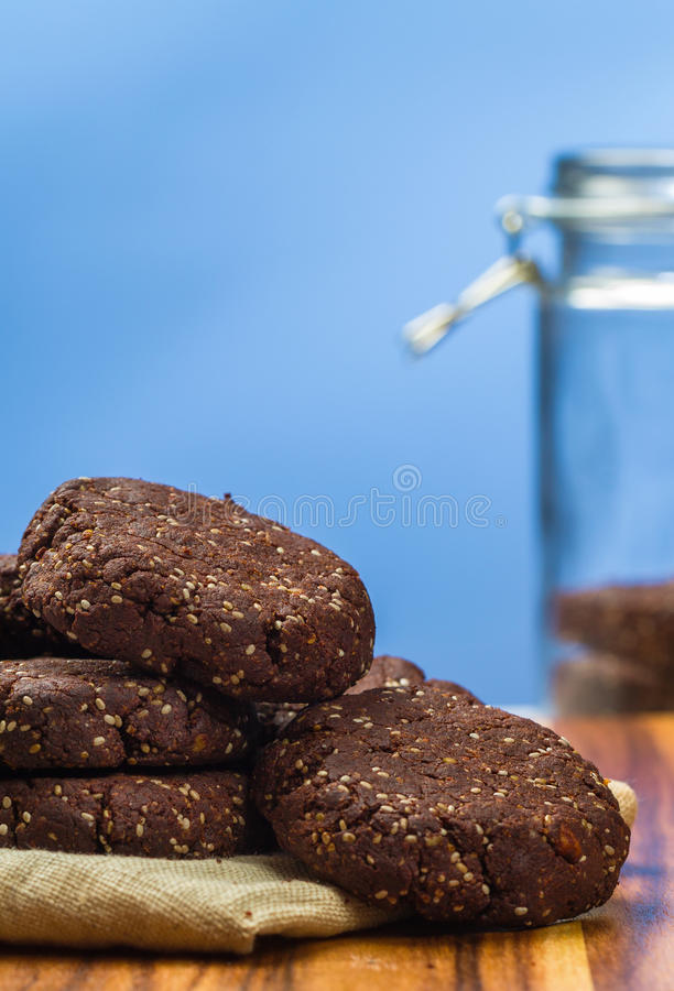 Σκοτεινή σοκολάτα, μπισκότα σπόρου chia αμυγδάλων στοκ φωτογραφίες