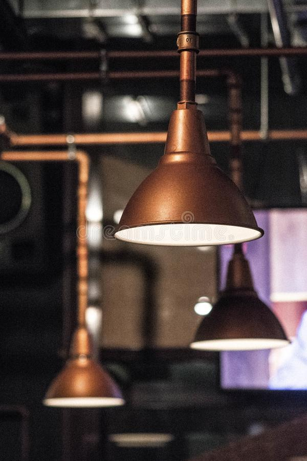 Σκοτεινή φωτογραφία σιταριού Σωλήνες και λαμπτήρας, βιομηχανικό εσωτερικό Ύφος Grunge στοκ φωτογραφίες με δικαίωμα ελεύθερης χρήσης
