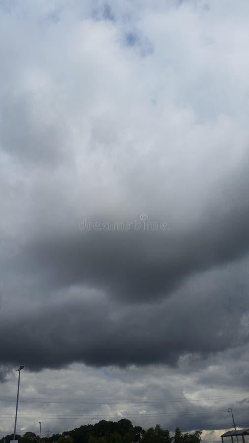 Σκοτεινοί ουρανοί με τα σύννεφα βροχής στοκ φωτογραφίες