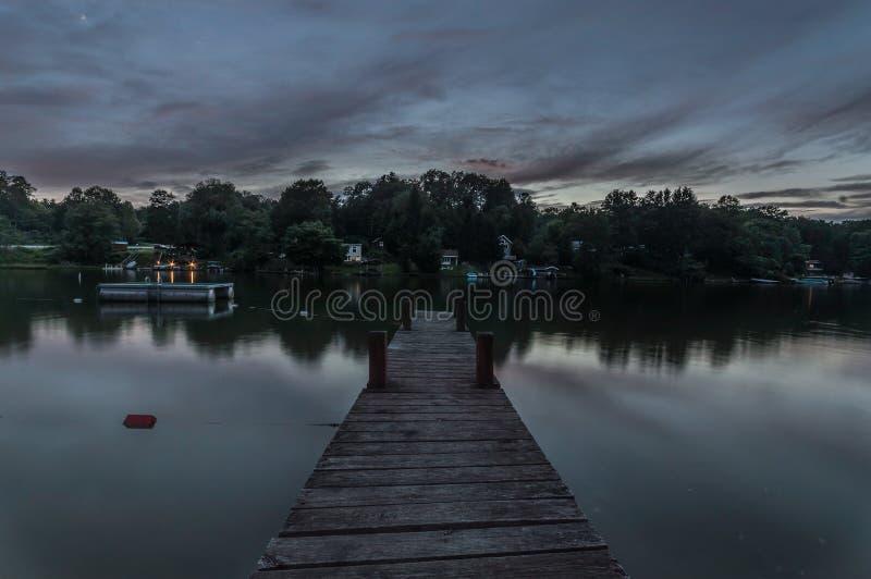 Σκοτεινοί ουρανός και αποβάθρα σε μια λίμνη στοκ φωτογραφία με δικαίωμα ελεύθερης χρήσης