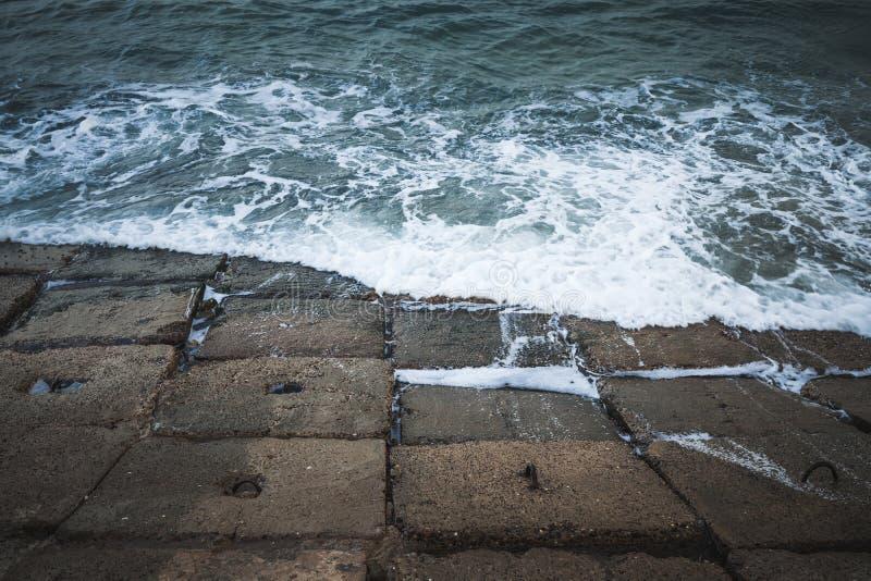 Σκοτεινοί συγκεκριμένοι φραγμοί seawall στοκ φωτογραφία με δικαίωμα ελεύθερης χρήσης