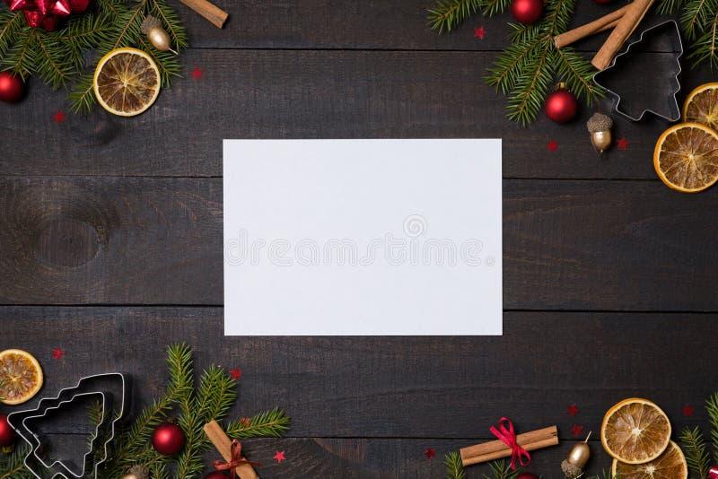 Σκοτεινός αγροτικός ξύλινος πίνακας flatlay - καθαρίστε το υπόβαθρο Χριστουγέννων καρτών σημειώσεων με το πλαίσιο κλάδων διακοσμή στοκ εικόνες