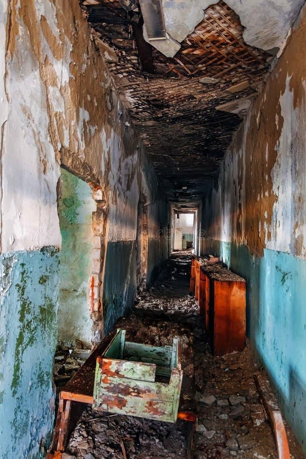 Σκοτεινός ανατριχιαστικός διάδρομος του εγκαταλειμμένου κτηρίου στοκ φωτογραφία