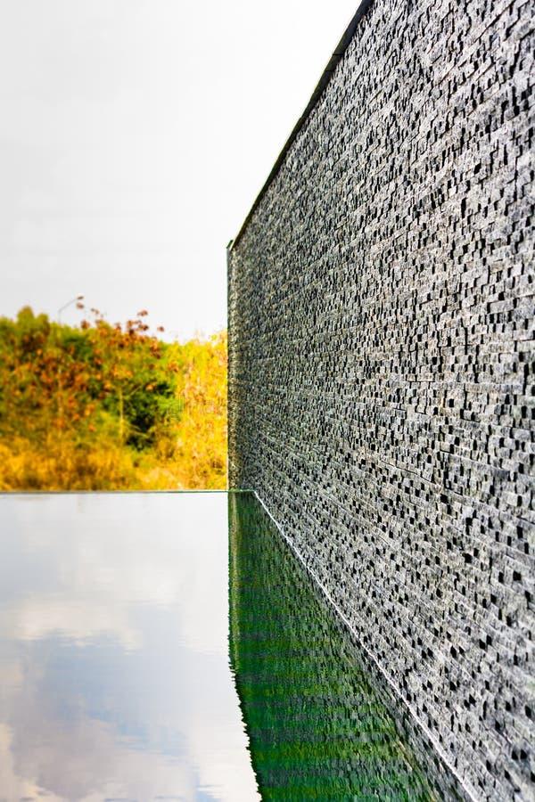 Σκοτεινός γκρίζος τουβλότοιχος κεραμιδιών πετρών στοκ εικόνα με δικαίωμα ελεύθερης χρήσης