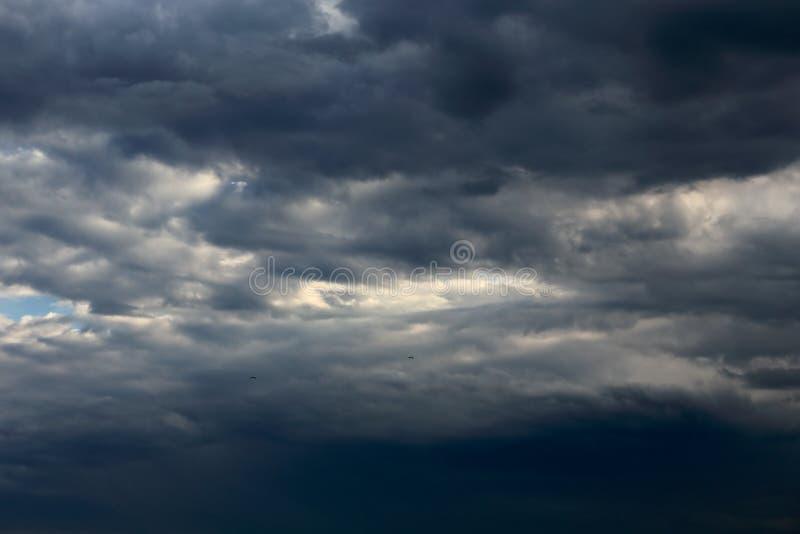 σκοτεινός θυελλώδης σύννεφων στοκ εικόνα με δικαίωμα ελεύθερης χρήσης