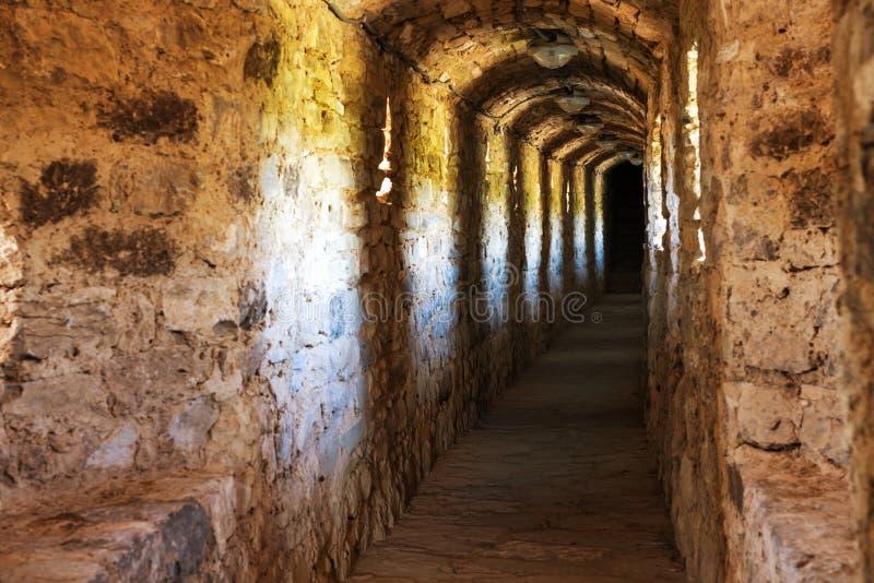 Σκοτεινός διάδρομος στο μπουντρούμι στοκ εικόνα με δικαίωμα ελεύθερης χρήσης