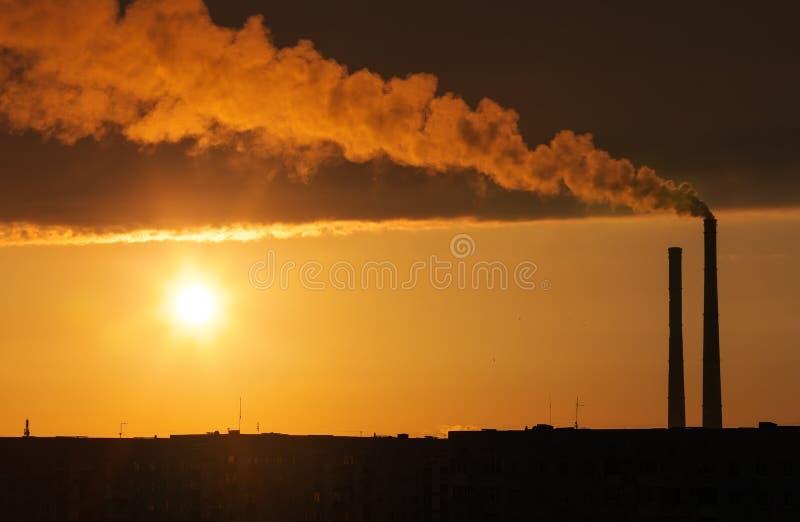 Σκοτεινός καπνός που προέρχεται από το σωλήνα εγκαταστάσεων θερμικής παραγωγής ενέργειας στοκ εικόνες