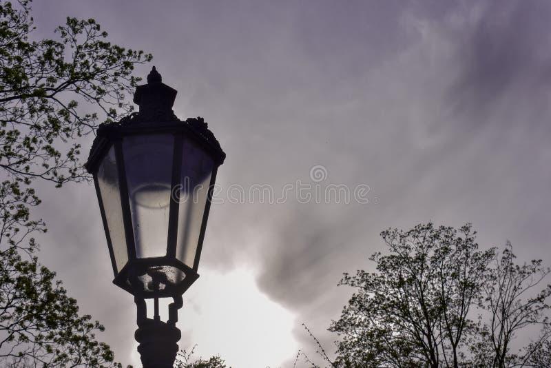 Σκοτεινός λαμπτήρας με τον ουρανό στο υπόβαθρο στοκ φωτογραφία με δικαίωμα ελεύθερης χρήσης