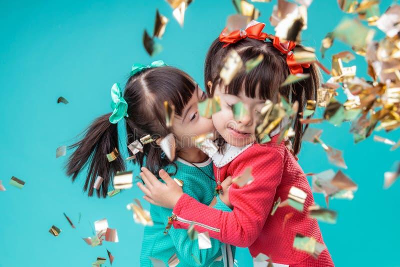 Σκοτεινός-μαλλιαρές θετικές αδελφές που φιλούν η μια την άλλη στεμένος στοκ φωτογραφία με δικαίωμα ελεύθερης χρήσης