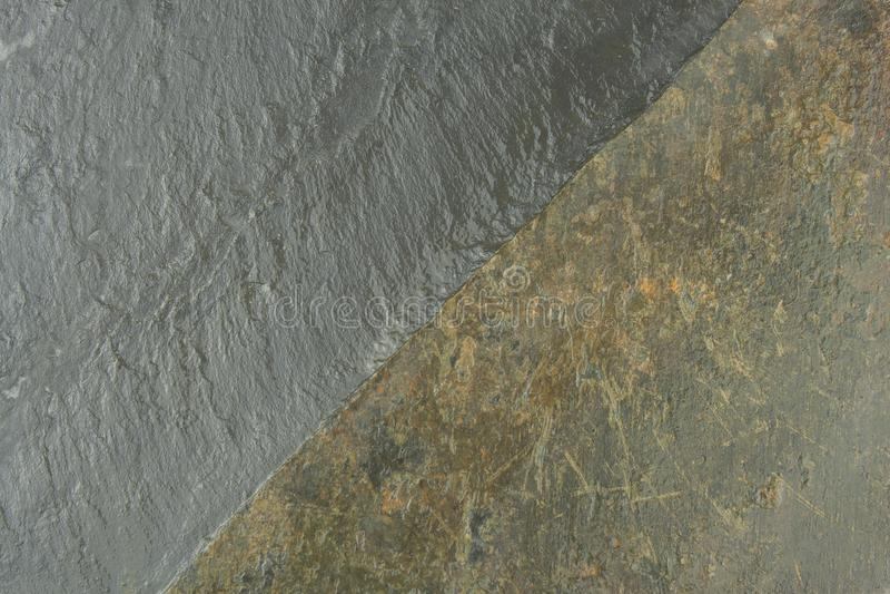 Σκοτεινός μαύρος πίνακας πλακών Πελεκημένη σύσταση πέτρα Κεραμίδι πλακών η οικοδόμηση δεσμών αγροτικού αχύρου στεγών της Λετονίας στοκ φωτογραφία
