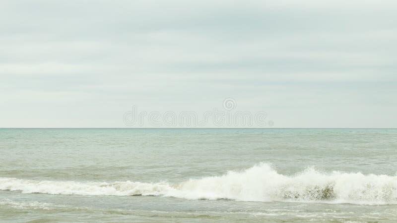Σκοτεινός νεφελώδης ουρανός πέρα από τη θάλασσα στοκ φωτογραφία