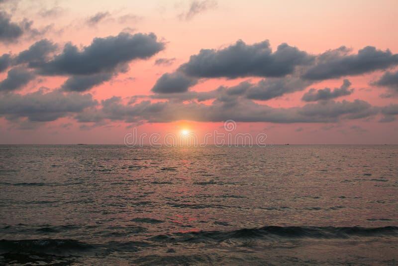Σκοτεινός ουρανός ηλιοβασιλέματος πέρα από μια ήρεμη θάλασσα Φύση στοκ εικόνα με δικαίωμα ελεύθερης χρήσης