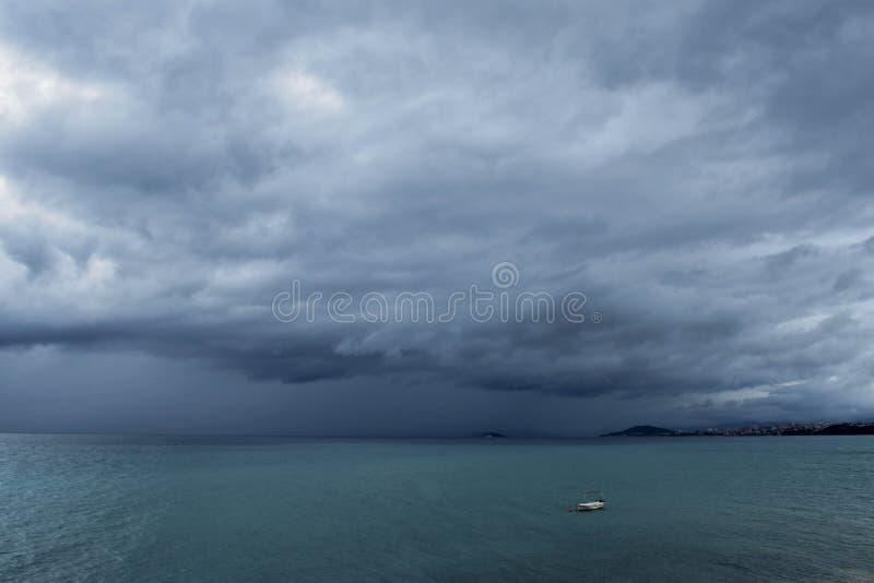Σκοτεινός ουρανός στο θυελλώδη καιρό με τα τεράστια βαριά σύννεφα πέρα από τη θάλασσα στοκ εικόνες με δικαίωμα ελεύθερης χρήσης