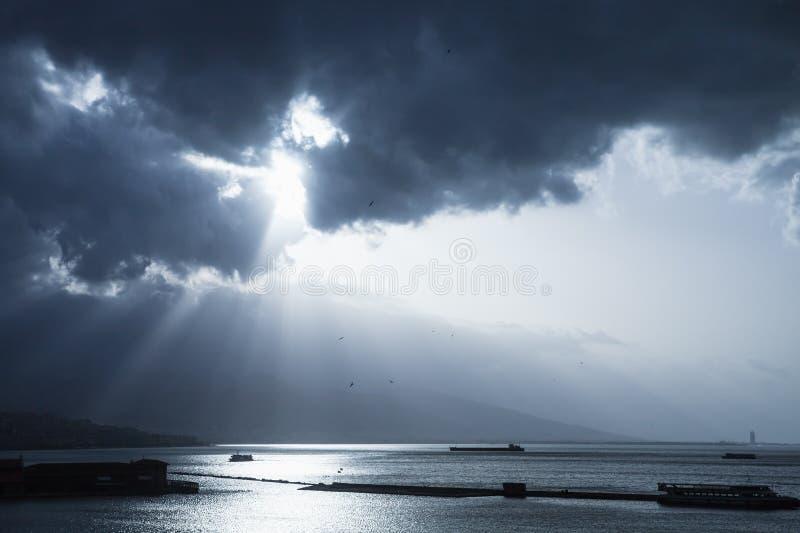 Σκοτεινός δραματικός ουρανός με τις ακτίνες φωτός του ήλιου πέρα από τη θάλασσα στοκ φωτογραφία με δικαίωμα ελεύθερης χρήσης