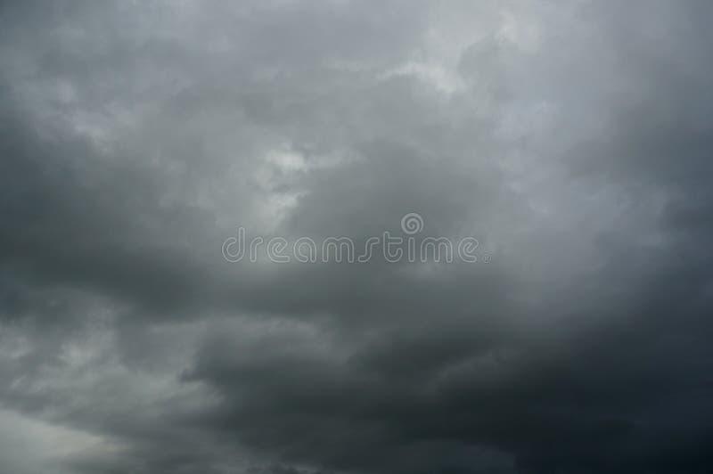 Σκοτεινός δυσοίωνος γκρίζος νεφελώδης ουρανός θύελλας στοκ φωτογραφίες με δικαίωμα ελεύθερης χρήσης