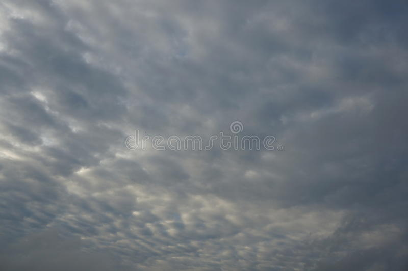 Σκοτεινός δυσοίωνος γκρίζος νεφελώδης ουρανός θύελλας στοκ εικόνες